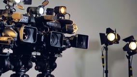 Un colpo zummante lento su tre videocamere video d archivio