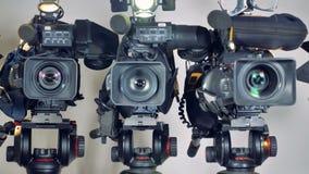 Un colpo zummante su tre videocamere archivi video