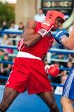 Un combate de boxeo entre el ganador del mundial 2014 años en el encajonamiento de Yordan Hernandes, de Cuba, y de Daniel Khlebni Imágenes de archivo libres de regalías