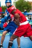 Un combate de boxeo entre el ganador del mundial 2014 años en el encajonamiento de Yordan Hernandes, de Cuba, y de Daniel Khlebni Fotografía de archivo