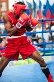 Un combate de boxeo entre el ganador del mundial 2014 años en el encajonamiento de Yordan Hernandes, de Cuba, y de Daniel Khlebni Fotos de archivo