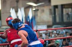 Un combate de boxeo entre el ganador del mundial 2014 años en el encajonamiento de Yordan Hernandes, de Cuba, y de Daniel Khlebni Imagen de archivo