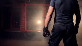 Un combatiente que camina más cercano a una jaula roja metrajes