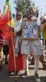Un combattant porte un album avec des photos dépeignant son décor Images stock