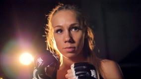 Un combattente biondo nella macro vista alza i suoi pugni Ritratto del combattente della donna HD video d archivio