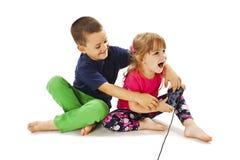 Un combattimento dei due bambini Immagini Stock