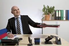 Un commerciante presenta una cartella Immagine Stock