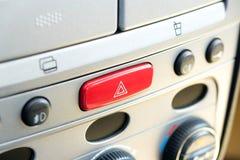 Un commutateur pour les lumières de risque dans la voiture photos stock