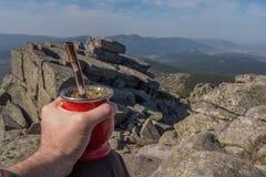 Un compagnon traditionnel à la crête de la montagne Photos libres de droits