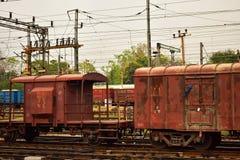Un compartimento indiano colorato arrugginito delle guardie del treno merci legato con il treno merci fotografia stock