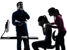 Siluetta d'aiuto di compito della figlia della madre del padre della famiglia Immagine Stock