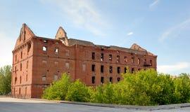 Un complejo conmemorativo. Una clase en ruinas de un molino. Imágenes de archivo libres de regalías