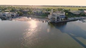 Un complexe de divertissement sur le lac, un h?tel cher sur le bord de mer clips vidéos