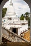 Un complexe de temple de bouddhisme sur une montagne image libre de droits