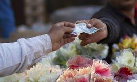 Un comprador que hace el pago al comerciante Fotos de archivo libres de regalías