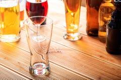 Un compteur en bois de bar, foyer sur un verre vide de bière photos libres de droits
