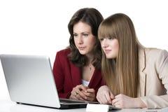 Un computer portatile di due donne Fotografia Stock