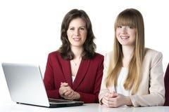 Un computer portatile di due donne Fotografia Stock Libera da Diritti