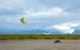 Un con errores hecho en casa que es tirada por una cometa en un camping en Alaska Fotos de archivo libres de regalías