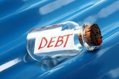 Un concepto creativo de un mensaje en una botella que dice la flotación de deuda en ondas azules Fotos de archivo