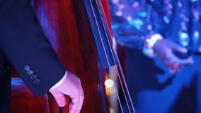 Un concert de jazz dans la salle de concert Un homme jouant le violoncelle Fermez-vous vers le haut des mains clips vidéos