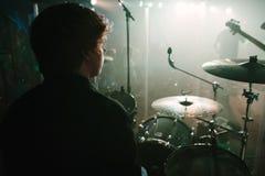 Un concert vivant de la perspective de batteurs. Photographie stock libre de droits