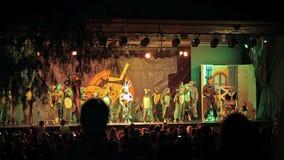Un concerto per i bambini che caratterizzano i caratteri dai fumetti Cala Mendia Mallorca Città di notte video d archivio