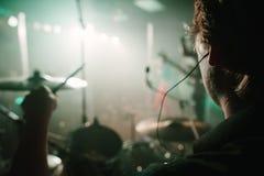 Un concerto in tensione dalla prospettiva di prestazione dei batteristi. Immagini Stock