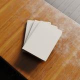 Un concetto del taccuino in bianco tre con copertina di carta bianca sullo scrittorio di legno Modello orizzontale vuoto Vista su Immagini Stock Libere da Diritti