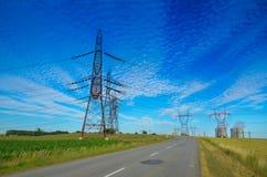Un concetto di energia verde rinnovabile: una margherita e un'erba sopra il simbolo di energia nucleare rotta Immagine Stock Libera da Diritti