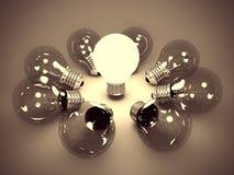 Un concetto di idea di una lampadina d'ardore nello scuro Fotografia Stock