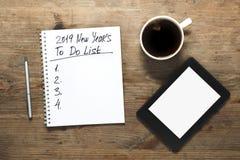 Un concetto di 2019 nuovi anni Numero e testo sul blocco note Compressa, penna a fotografia stock libera da diritti