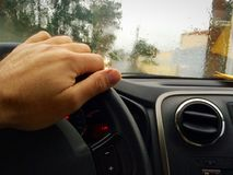 Un conducteur sous la pluie Images libres de droits