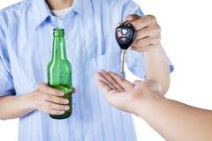 Un conductor borracho que da una llave del coche alguien imagen de archivo libre de regalías