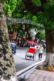 Un conductor ciclo está trabajando el 2 de marzo de 2012 en Ho Chi Minh City, Vietnam Cyclos ha estado alrededor para más que un  Imagen de archivo