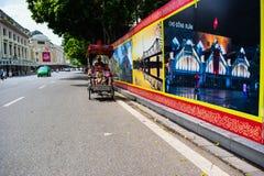 Un conductor ciclo está trabajando el 2 de marzo de 2012 en Ho Chi Minh City, Vietnam Cyclos ha estado alrededor para más que un  Foto de archivo