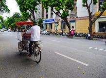 Un conductor ciclo está trabajando el 2 de marzo de 2012 en Ho Chi Minh City, Vietnam Cyclos ha estado alrededor para más que un  Fotografía de archivo
