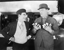 Un conduttore e un uomo d'affari con i nastri legati a nove dita (tutte le persone rappresentate non sono vivente più lungo e nes Immagini Stock Libere da Diritti
