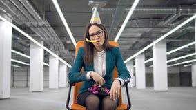Un confeti colorido de los tiros tristes de la mujer, sentándose en una silla almacen de metraje de vídeo