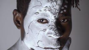 Un confronto di due lati dell'anima umana, vernice di carrozzeria video d archivio