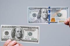 Un confronto di vecchie e nuove 100 banconote in dollari Nuovi e vecchi soldi Immagini Stock Libere da Diritti