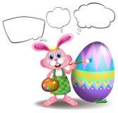 Un coniglietto che dipinge un uovo con i callouts vuoti Fotografia Stock