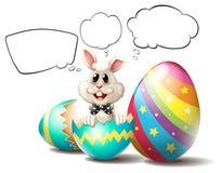 Un coniglietto dentro un uovo incrinato con i callouts vuoti Fotografia Stock