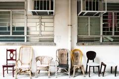 Un conjunto de la silla del viejo estilo en una línea. Imagen de archivo