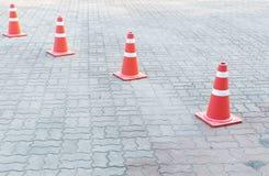 Un cono di traffico sulla strada Fotografie Stock