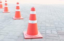 Un cono di traffico sulla strada Fotografia Stock