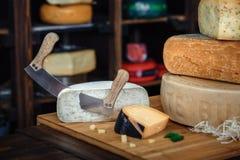 Un conseil en bois avec de divers genres de fromage savoureux sur la table W photos libres de droits