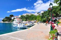 Un considerare il vecchio porto in Skiathos, Grecia, Europa Fotografie Stock