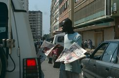 Un constructeur se vendant dans une rue en Angola. Photographie stock