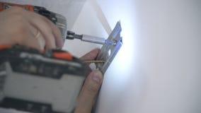 Un constructor perfora un agujero en la pared metrajes